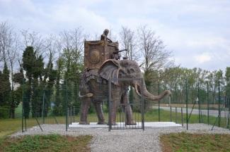 Elefante in vetroresina color bronzo in ricordo della battaglia del Trebbia, posto nel 2012 lungo la strada per Rivalta, nello spazio verde tra l'Avila e l'imboccatura sul Trebbia.