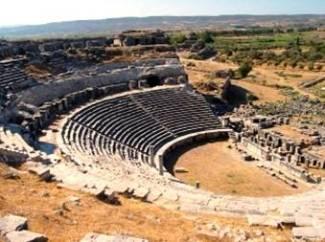 Resti del teatro di Mileto, in Asia Minore. Talete, Anassimandro ed Ecateo fecero della città un centro di rilievo per lo studio della filosofia, delle scienze naturali, della geografia e della storia.