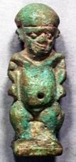 Amuleto di Bes-Pateco. Pasta silicea. Firenze, Museo Archeologico Nazionale Egizio.