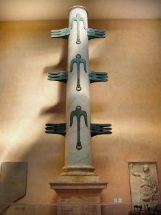 Riproduzione della colonna rostrata eretta nel Foro Romano durante il trionfo di Gaio Duilio. Roma, Museo della civiltà romana.